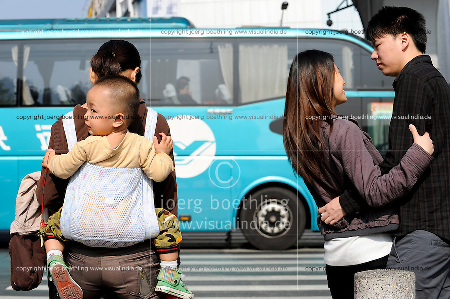 CHINA province Guangdong, city Guangzhou, mother with child and young couple in love / VR CHINA , Metropole Guangzhou Kanton, Mutter mit Kind und verliebtes junges paar