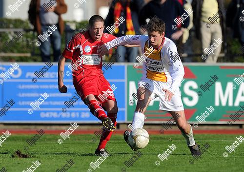 2011-10-23 / Voetbal / seizoen 2011-2012 / KFC Duffel - Lyra / Gwen Jacobs (L, Lyra) met Philippe Van Mullem..Foto: Mpics