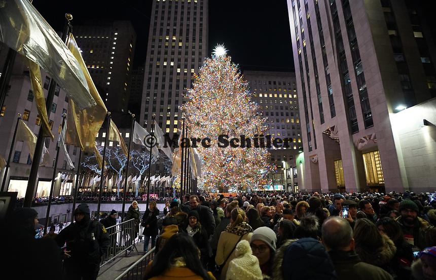 Menschenmassen amWeihnachtsbaum und an der Eislauffläche vor dem Rockefeller Center in New York - 08.12.2019: New York