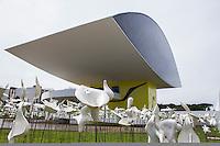CURITIBA, PR, GREVE - INTERVENÇÃO COLETIVA -  80 artistas plásticos, a maioria paranaense, realizam intervenção coletiva no jardim do Museu Oscar Niemeyer (MON), na manha dessa quinta-feira (05),em Curitiba,  cerca de quadro mil flores brancas modeladas em cerâmica foram colocadas para realização da exposição paralelas ao 4.º Salão Nacional de Cerâmica. A inauguração do jardim de cerâmica, será realizada hoje, às 18h30. A intenção da exposição é sensibilizar as pessoas para arte da cerâmica contemporânea.(FOTO: PAULO LISBOA  / BRAZIL PHOTO PRESS)