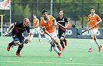 BLOEMENDAAL   - Hockey -  3e en beslissende  wedstrijd halve finale Play Offs heren. Bloemendaal-Amsterdam (0-3). Glenn Schuurman (Bldaal) met links Teun Rohof (A'dam)  Amsterdam plaats zich voor de finale.  COPYRIGHT KOEN SUYK