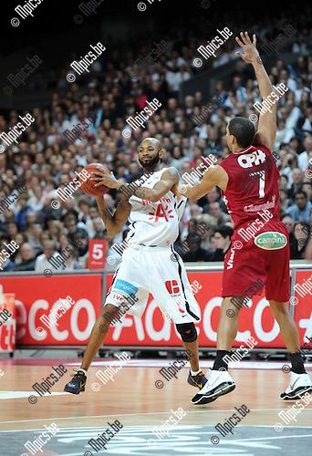 2012-02-15 / Basketbal / seizoen 2011-2012 / 1/4 finale Beker van België / Antwerp Giants - Charleroi / Sportpaleis / Ralph Biggs (L, Giants) met Justin Hamilton..Foto: Mpics.be