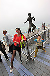 Asie, Chine, Hong Kong, Kowloon, quartier de Tsim Sha Tsui, Avenue des Stars, touristes devant la statue de Bruce Lee//Asia, China, Hong Kong, Kowloon, the Avenue of the Stars in Tsim Sha Tsui district, tourists posing in front of the Bruce Lee Statue