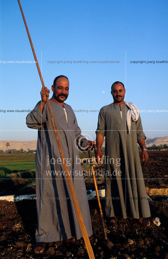 EGYPT village near El Minya, farmer, who are coptic christians , on their fields at the river Nile / AEGYPTEN Dorf bei El Minia, Farmer , die koptische Christen sind , auf ihren Feldern am Fluss Nil