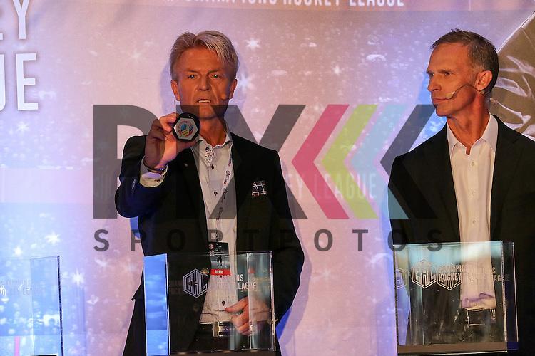 Anders Ternbom (Board Chairman CHL) (links) zieht den Gegner Vitkovice Ostrava (CZE) f&uuml;r Adler Mannheim in Gruppe Gruppe 9, Dominik Hasek (former CZE &amp; NHL Goalie)(rechts)  bei der Auslosung der CHL Season Group Draw 2015/2016.<br /> <br /> Foto &copy; P-I-X.org *** Foto ist honorarpflichtig! *** Auf Anfrage in hoeherer Qualitaet/Aufloesung. Belegexemplar erbeten. Veroeffentlichung ausschliesslich fuer journalistisch-publizistische Zwecke. For editorial use only.