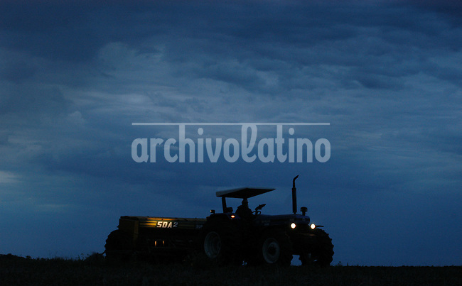 Trabajadores plantan semillas de soja durante la noche en una granja cerca de Dolores a 250 km al norte de Montevideo. Alli creció la producción de soja que acompaña el boom que lidera su vecino la Argentina.+ economia, exportacion, agricultura, campo,agro,  rural *Workers plant soybean seeds during the night  in a farm near  Dolores, 250 kilomters North from Montevideo, where erupted a soybean production  boom lead by farmers coming from the neighboor Argentina +economy, exports, agriculture, trade , farm, ranch  *Des agriculteurs plantent des graines de soja pendant la nuit dans une ferme près de Dolores, à 250 kilomètres au nord de Montevideo. Ici, la production de soja a beaucoup augmenté, accompagnant le boom induit par son voisin, l'Argentine. +économie, commerce, agriculture, paysans, campagne