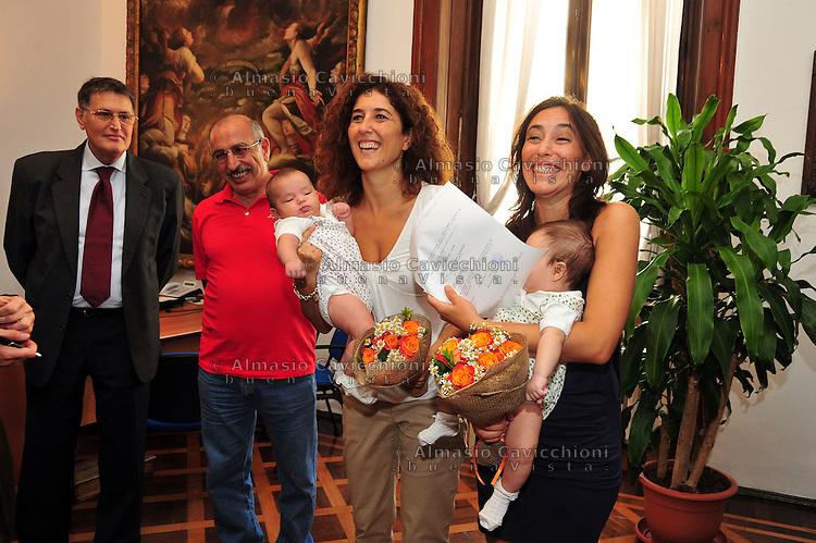 18 SET 2012 Milano: primo giorno per il registro delle unioni civili di Milano, Francesca (figlia di Roberto Vecchioni) e Alessandra (Brogno) con le loro gemelle