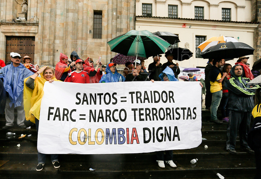 BOGOTÁ - COLOMBIA, 06-08-2015. Cientos de personas salieron a las calles de  Bogotá a la marcha que convocó Alvaro Uribe Velez, político colombiano, hoy 2 de abril de 21016, en contra del proceso de paz del gobierno de Colombia y la guerrilla de Izquierda de las FARC y así mismo por la corrupción y los malos manejos del gobierno. / Hundreds of people go out to the streets of Bogota to the march convenes by Alvaro Uribe Velez, politician of Colombia, today April 2 2016, against the peace process of the Colombian Governement and the left Guerrillas of Farc and likewise for the corruption and bad manage of the government. Photo: VizzorImage/ Ivan Valencia / Cont