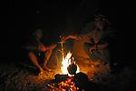 La voute infinie étoilee succede à celle bienveillante de la roche. Une theiere noircie de suie pour le the à la sauge, ronronne sur les braises d un feu de tamaris. L odeur suave du narguile taquine les narines au gre du vent.