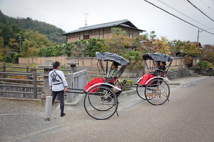(Eng) Kyoto - 10 novembre 2009 - Tourists in the Sagano area. <br /> <br /> (Fr) Kyoto - 10 novembre 2009 - Touristes dans le quartier de Sagano.
