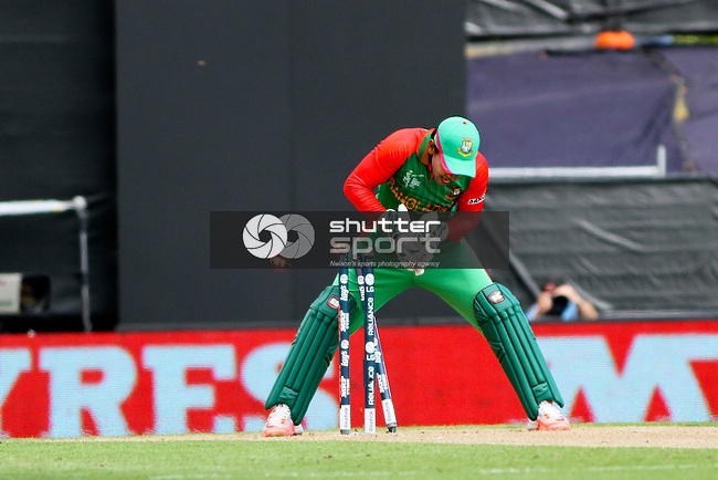 Bangaleshi keeper Mushfiqur Rahim attempts a run out. ICC Cricket World Cup 2015, Bangladesh v Scotland, 5 March 2015,  Saxton Oval, Nelson, New Zealand, <br /> Photo: Marc Palmano/shuttersport.co.nz