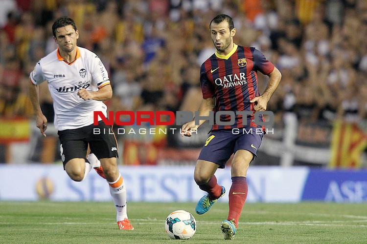 Valencia's Helder Postiga (l) and FC Barcelona's Javier Mascherano during La Liga match.September 1,2013. Foto © nph / Acero)