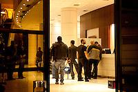 SÃO PAULO, SP, 05.05.2015 - MORTE-HOTEL - Corpo do empresário do ramo cinematográfico Cassio Yazbek, foi encontrado algemado no quarto do Hotel Gran Plaza, na região da Bela Vista, no inicio da noite dessa terça-feira 05. ( Foto: Gabriel Soares/ Brazil Photo Press)