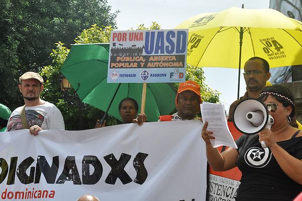 Marcha de indignados dominicanos en reclamo del cumplimiento de la ley de educacion y una real democracia para todos..Fotos: Carmen Suárez/acento.com.do.Fecha: 15/10/2011.