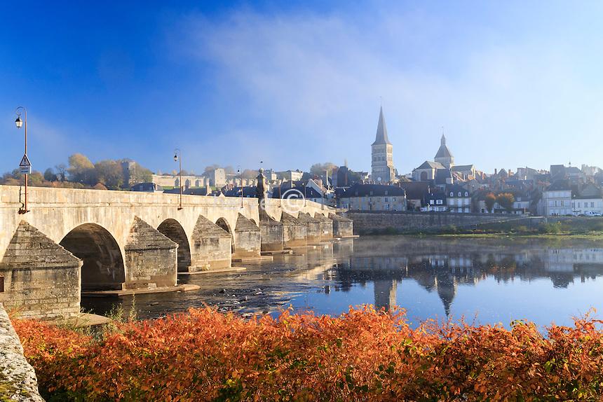 France, Nièvre (58), La Charité-sur-Loire en automne // France, Nievre, La Charite sur Loire in autumn