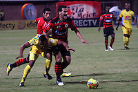 CÚCUTA -COLOMBIA, 17-05-2013. Juan Carlos Quintero  (D) del Cúcuta disputa el balón conJhon Zea (I) del Huila durante partido de la fecha 16 Liga Postobón 2013-1 realizado en el estadio General Santander de Cúcuta./ LJuan Carlos Quintero  (R) of Cucuta fights for the ball with Huila player Jhon Zea (L) during match of the 16th date of Postobon League 2013-1 at General Santander stadium in Cucuta city. Photo: VizzorImage/STR