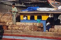Asie/Malaisie/Malacca: Transport du bois exotique sur le port