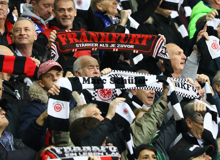 Fans von Eintracht Frankfurt freuen sich über die Erfolge in Europa - 11.11.2018: Eintracht Frankfurt vs. FC Schalke 04, Commerzbank Arena, DISCLAIMER: DFL regulations prohibit any use of photographs as image sequences and/or quasi-video.