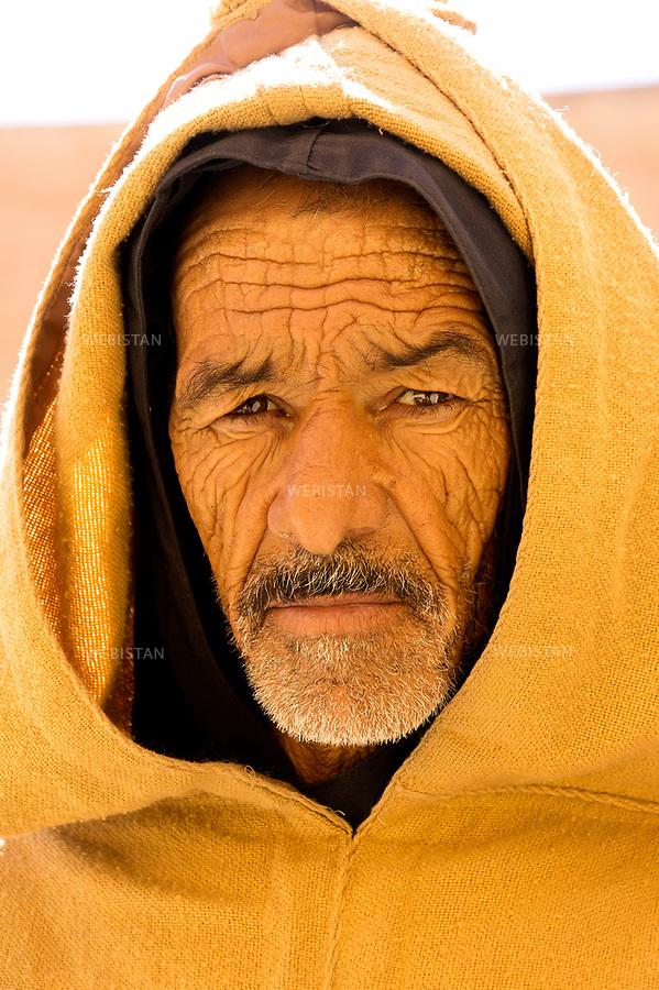 Algerie. Ville de Ghardaia. 8 Janvier 2012..Mukhtar, le veilleur de nuit de la place centrale de Ghardaia...Algeria, town of Ghardaia. January 8, 2012..Mukhtar, the night watchman of Ghardaia's main square.....