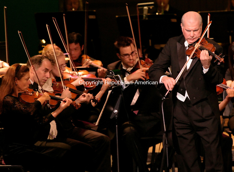 WATERBURY, CT - 08 OCTOBER 2005 -100805JS02--Naugatuck native and world-class violinist Elmar Oliveira, right, preforms on stage at the Palace Theater in Waterbury on Saturday during the season-opening of the Waterbury Symphony Orchestra.    --Jim Shannon / Republican-American  --Elmar Oliveira, Palace Theater, Waterbury, Waterbury Symphony Orchestra. are CQ