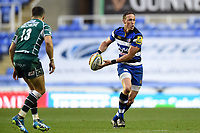 James Wilson of Bath Rugby looks to pass the ball. Aviva Premiership match, between London Irish and Bath Rugby on November 19, 2017 at the Madejski Stadium in Reading, England. Photo by: Patrick Khachfe / Onside Images
