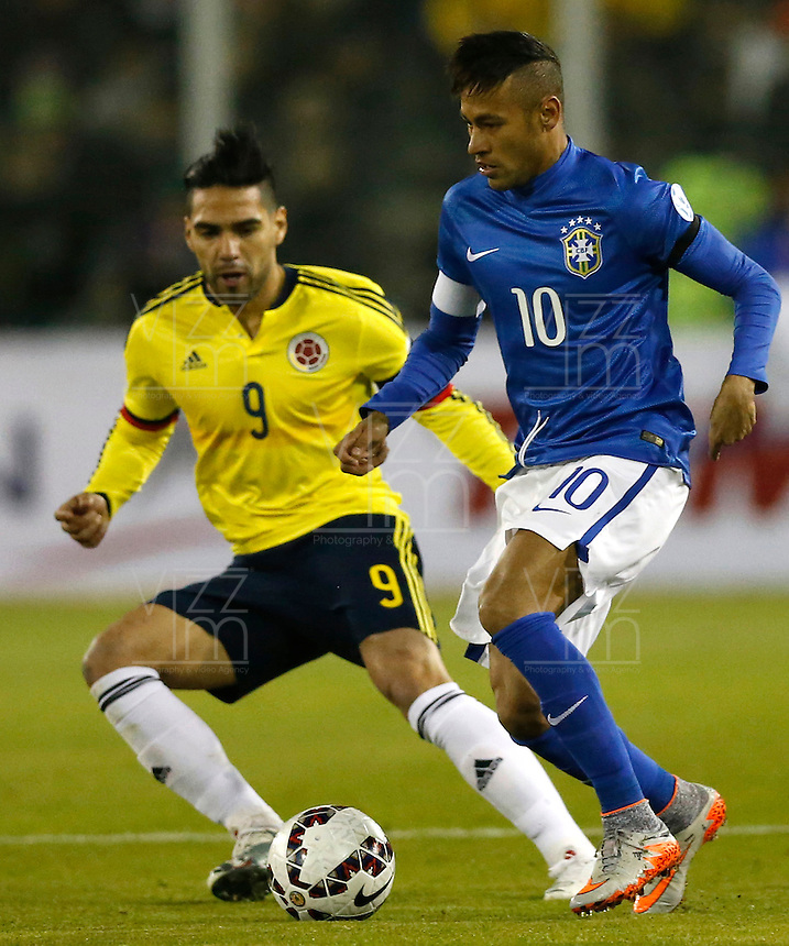 SANTIAGO DE CHILE- CHILE - 17-04-2015: Radamel Falcao Garcia (Izq.) jugador de Colombia, disputa el balón con Neymar (Izq.) jugador de Brasil durante partido Colombia y Brasil, por la fase de grupos, Grupo C, de la Copa America Chile 2015, en el estadio Monumental en la Ciudad de Santiago de Chile. / Radamel Falcao Garcia (L) player of Colombia, vies for the ball with Neymar (L) player of Brasil, during a match between Colombia and Brasil for the group phase, Group C, of the Copa America Chile 2015, in the Monumental stadium in Santiago de Chile city. Photos: VizzorImage /  Photosport / Martin Thomas / Cont.