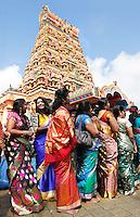 Nederland Den  Helder 2016  06 26. Jaarlijkse tempelfeest bij de Hindoe tempel in Den Helder.. Vereniging Sri Varatharaja Selvavinayagar voltooide in 2003 het gebouw dat wordt gebruikt voor het bevorderen van kunst en cultuur. Een ander deel wordt gebruikt voor het praktiseren van religieuze waarden. Het hoogtepunt van de feestperiode is het voorttrekken van de wagen ( chithira theer of ratham ). Dit is een kleurrijke optocht, waarbij de godheid Ganesh in de wagen wordt voortgetrokken door gelovigen. Vrouwen in sari voor de tempel. Foto Berlinda van Dam /  Hollandse Hoogte