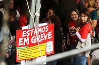 CURITIBA, PR, 23.04.2014 -  GREVE / PROFESSORES DA REDE PÚBLICA / PARANÁ  -  Prefessores da rede estadual de ensino realizam ato em frente ao Palácio Iguaçu, sede do governo Paranaense,centro civico de Curitiba, na manha desta quarta-feira (23). Segundo o sndicato a grave atingirá 2.149 escolas da rede em todo o Paraná, ao todo quase 100.000 prefessores (as) e funcionarios(as) de escolas. A greve é por reivindicações por 33% de hora-atividade, o piso nacional, pagamento de avanços em atraso - O governo deve mais de R$ 100 milhões aos(às) professores(as) e funcionários(as) em promoções e progressões, em atraso há um ano e meio. (Foto: Paulo Lisboa / Brazil Photo Press)