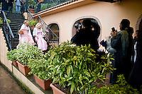 Giuseppe (Bea) della Pelle e Marioara Dadiloveanu al loro arrivo al ristorante subito dopo essersi sposati nel comune di Nemi.