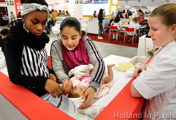 Skills Masters beurs in Rotterdam Ahoy. Banenbeurs/ Beroepskeuze beurs voor VMBO en MBO  leerlingen. Leerlingen kunnen kennismaken met diverse beroepen, zoals banen in de zorgsector. Baby verzorging