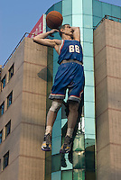 China, Peking (Beijing), Sport-Kaufhaus auf der Wangfujing Dajie