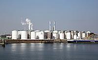 Haven van Rotterdam. Chemische industrie. Tanks voor opslag van Vopak