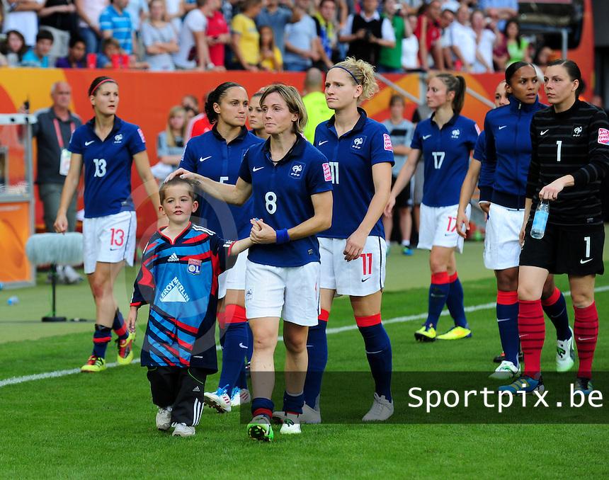 Fifa Women's World Cup Germany 2011 : France - Sweden  at Sinsheim : Sonia Bompastor met haar zoontje gaan het publiek mee groeten .foto DAVID CATRY / Vrouwenteam.be