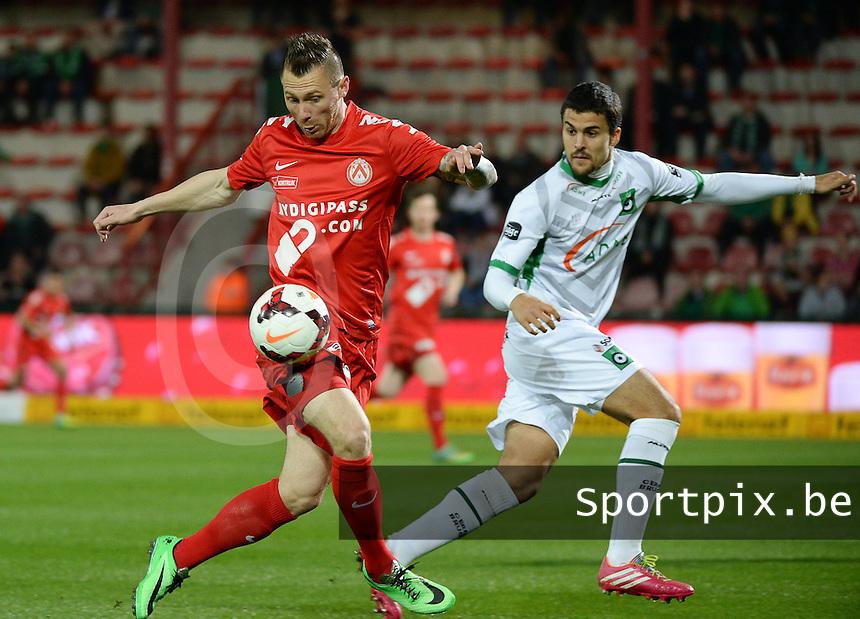 KV Kortrijk - Cercle Brugge : Teddy Chevalier aan de bal voor Nuno Reis (r) <br /> foto VDB / BART VANDENBROUCKE