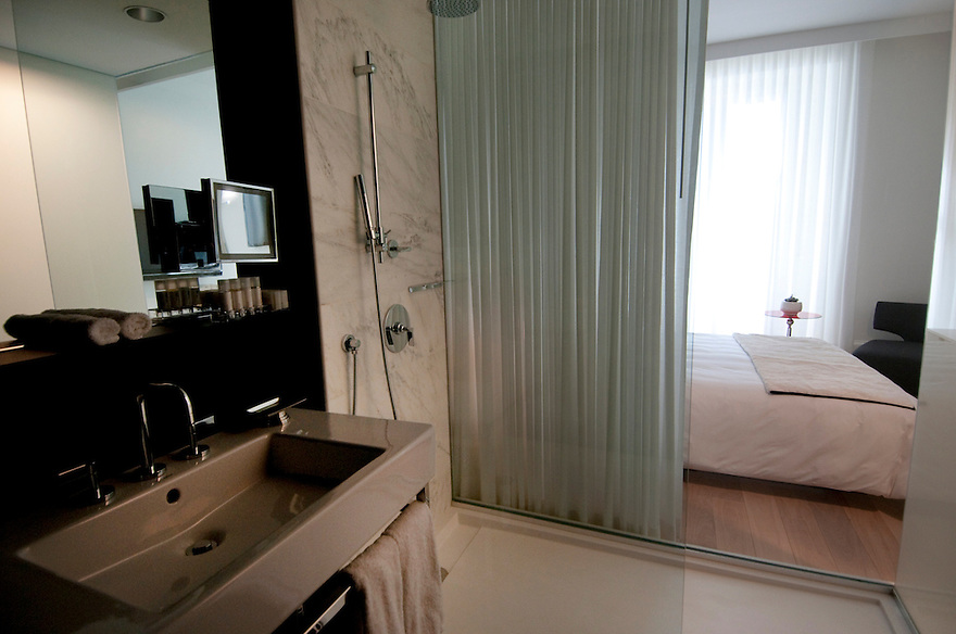 "BOSTON, MA.-- February 19, 2010-- Ames Hotel Boston, ""superior"" room, peekaboo shower and bath. CREDIT: JODI HILTON FOR THE NEW YORK TIMES"