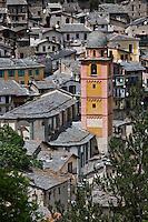Europe/France/Provence-Alpes-Côtes d'Azur/06/Alpes-Maritimes/Alpes-Maritimes/Arrière Pays Niçois/Tende: Vue sur les toits de lauzes du village et l'église Notre-Dame-de-L'Assomption