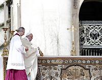 Papa Francesco celebra la Messa di Pasqua in piazza San Pietro, Città del Vaticano, 1 aprile 2018.<br /> Pope Francis celebrats the Easter mass in Saint Peter's square at the Vatican, on April 1, 2018.<br /> UPDATE IMAGES PRESS/Isabella Bonotto<br /> <br /> STRICTLY ONLY FOR EDITORIAL USE