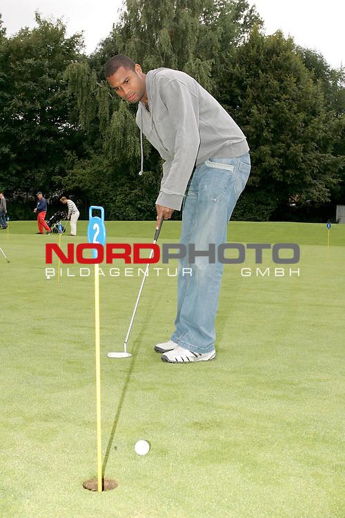 Regionalliga RLN 2005/2006 -  <br /> <br /> FC St.Pauli <br /> <br /> Die Kicker des FC St. Pauli auf dem Golfplatz des Golfclub Buxtehude in Daensen. <br /> <br /> Wird demn&scaron;chst eventuell ganz viel Zeit zum Golfspielen haben: Nascimento - an dem SaarbbrŁcken nun doch kein Interesse hat - beim Einlochen.<br /> <br /> --------------------------------------------<br /> <br /> Foto &copy; nordphoto *** Local Caption *** Foto ist honorarpflichtig! zzgl. gesetzl. MwSt.<br /> <br />  Belegexemplar erforderlich<br /> <br /> Adresse: nordphoto<br /> <br /> Georg-Reinke-Strasse 1<br /> <br /> 49377 Vechta