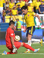 BARRANQUILLA - COLOMBIA -22-03-2013: Carlos Arias portero de Bolivia y Radamel Falcao García (der.) de Colombia  en acción durante  partido Colombia - Bolivia en el Estadio Metropolitano Roberto Meléndez en la ciudad de Barranquilla, marzo 22 de 2013. Partido de la 11 ª fecha de las Clasificatorias Sudamericanas para la Copa Mundial de la FIFA Brasil 2014. (Foto: VizzorImage / Alfonso Cervantes / Cont). Carlos Arias goalkeeper of Bolivia Radamel Falcao Garcia (right) of Colombia in action during of the match Colombia - Bolivia at the Metropolitan Stadium Roberto Melendez in Barranquilla city, on March 16, 2013. Game of the 11th round of the South American Qualifiers for the FIFA World Cup Brazil 2014. (Photo: VizzorImage / Alfonso Cervantes / Cont.)
