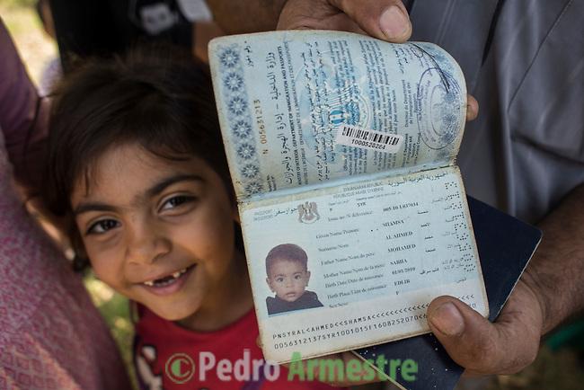 13 septiembre 2015. Nador. Marruecos.<br /> Shamsa Al Ahmed tiene cinco a&ntilde;os y sali&oacute; de Siria cuando ten&iacute;a tres. Ha pasado dos a&ntilde;os viajando por diferentes pa&iacute;ses hasta llegar a Nador (Marruecos). Como ella, cientos de ni&ntilde;os est&aacute;n bloqueados junto a sus familias en las ciudades marroqu&iacute;es de Nador y Beni Enzar, esperando a poder entrar a Melilla. La ONG Save the Children exige al Gobierno espa&ntilde;ol que tome un papel activo en la crisis de refugiados y facilite el acceso de estas familias a trav&eacute;s de la expedici&oacute;n de visados humanitarios en el consulado espa&ntilde;ol de Nador. Save the Children ha comprobado adem&aacute;s c&oacute;mo muchas de estas familias se han visto forzadas a separarse porque, en el momento del cierre de la frontera, unos miembros se han quedado en un lado o en el otro. Para poder cruzar el control, las mafias se aprovechan de la desesperaci&oacute;n de los sirios y les ofrecen pasaportes marroqu&iacute;es al precio de 1.000 euros. Diversas familias han explicado a Save the Children c&oacute;mo est&aacute;n endeudadas y han tenido que elegir qui&eacute;n pasa primero de sus miembros a Melilla, dejando a otros en Nador. <br /> &copy; Save the Children Handout/PEDRO ARMESTRE - No ventas -No Archivos - Uso editorial solamente - Uso libre solamente para 14 d&iacute;as despu&eacute;s de liberaci&oacute;n. Foto proporcionada por SAVE THE CHILDREN, uso solamente para ilustrar noticias o comentarios sobre los hechos o eventos representados en esta imagen.<br /> Save the Children Handout/ PEDRO ARMESTRE - No sales - No Archives - Editorial Use Only - Free use only for 14 days after release. Photo provided by SAVE THE CHILDREN, distributed handout photo to be used only to illustrate news reporting or commentary on the facts or events depicted in this image.