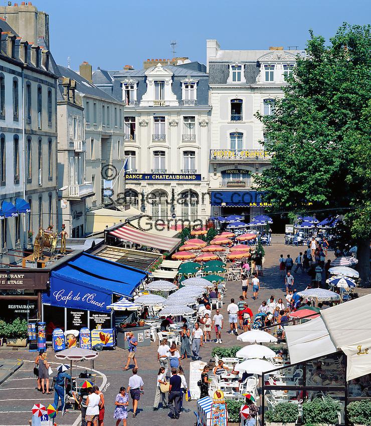 France, Brittany, Département Ille-et-Vilaine, St. Malo: Place Chateaubriand   Frankreich, Bretagne, Département Ille-et-Vilaine, St. Malo: Place Chateaubriand