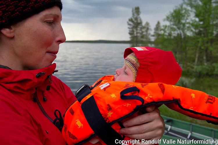 Liten jente med stor redningsvest. ---- Small girl with life jacket.