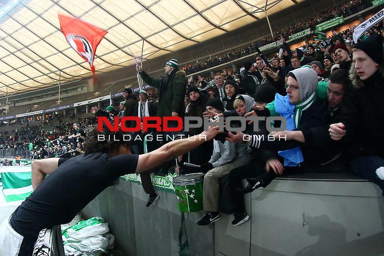 13.12.2013, Olympiastadion, Berlin, GER, 1.FBL, Hertha BSC vs Werder Bremen, im Bild Santiago Garcia (Werder Bremen #2) verschenkt sein Trikot <br /> <br /> Entaeuschung, NIederlage, gestik, Mimik,<br /> Querformat,<br /> <br /> Foto &not;&copy; nph / Schrader *** Local Caption ***