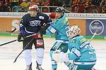 Schwenningens KaiHerpich (Nr.13)  und Duesseldorfs Johannes Huss (Nr.25) vor Duesseldorfs Goalie Mathias Niederberger (Nr.35)  beim Spiel in der DEL, Duesseldorfer EG (hell) - Schwenninger Wild Wings (dunkel).<br /> <br /> Foto © PIX-Sportfotos *** Foto ist honorarpflichtig! *** Auf Anfrage in hoeherer Qualitaet/Aufloesung. Belegexemplar erbeten. Veroeffentlichung ausschliesslich fuer journalistisch-publizistische Zwecke. For editorial use only.