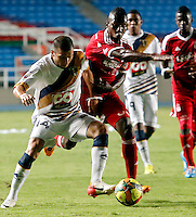 CALI -COLOMBIA-17-03-2014. Julian Martínez (Izq.) del Depor FC  disputa el balón con Mauricio Mendoza (Der.) del América de Cali durante partido por la fecha 9 del Torneo Postobón I 2014 jugado en el estadio Pacual Guerrero de la ciudad de Cali./ Julian Martinez (L) of Depor FC fights for the ball with Mauricio Mendoza (R) of América de Cali during the match for the 9th date of Postobon Tournament I 2014 at Pascual Guerrero stadium in Cali city. Photo: VizzorImage/Juan C. Quintero/STR