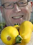 Foto: VidiPhoto<br /> <br /> KWINTSHEUL &ndash; Wie niet groot is moet slim zijn. En zich specialiseren natuurlijk. En dat is nu precies wat Peter Enthoven uit Kwintsheul doet: hij teelt zes verschillende soorten belichte tomaten in allerlei vormen en kleuren (6000 meter) en sinds dit jaar voor het eerst ook onbelichte gele courgettes (5000 meter) in twee teelten per jaar. Kortom, alles wat anderen vaak niet hebben. En dat al vier generaties lang. De wonderlijk gele groente, die het vooral met Pasen goed doet, is bij onze Oosterburen al een bekend fenomeen. In de Nederlandse supermarktschappen is het vaak nog vergeefs zoeken, maar ook in eigen land timmert veiling Greenery inmiddels promotioneel aan de weg. De geelgladde courgette moet letterlijk met handschoentjes aangepakt worden tijdens het oogsten, de schil is namelijk erg gevoelig en de verpakking luistert dan ook nauw. Een ander nadeel is dat de marktprijzen nogal fluctueren. En de smaak? Zoeter dan groene courgettes, vertelt Enthoven, maar vanwege de kleur vooral populair in salades bij restaurants.