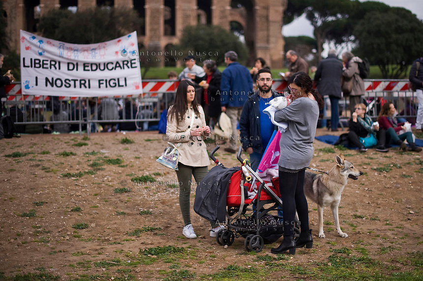 In migliaia si sono radunati al Circo massimo per una protesta contro il ddl Cirinn&agrave; e a favore della famiglia tradizionale.<br /> Thousands of people were gathering in Rome&rsquo;s Circus Maximus for a pro-family protest that opposes proposed legislation permitting civil unions for same-sex couples and legal recognition for their families.