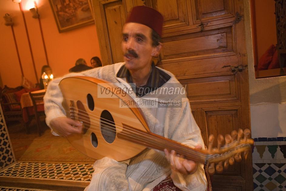 Afrique/Afrique du Nord/Maroc/Rabat: Dinarjat restaurant situé dans un ancien palais andalou - musiciens lors d'une soirée