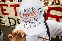 M&aacute;s de 3hrs de Protestas en Desfile del d&iacute;a del Trabajo_DC_<br /> <br /> Quer&eacute;taro, Qro. 1 de mayo de 2016.-  Complicado desfile del d&iacute;a del trabajo tuvieron las autoridades del gobierno del estado; cuando sindicatos de la educaci&oacute;n y bur&oacute;cratas abrieron el tradicional desfile con protestas frente al presidium donde se encontraba el gobernador Francisco Dominguez; l&iacute;deres sindicales y los secretarios de gobierno, del trabajo, obras p&uacute;blicas y otros invitados. Por m&aacute;s de tres horas apechugaron las protestas de sindicatos, activistas, estudiantes, organizaciones que llevaban demandas diversas.<br /> <br /> En momentos efervescentes de la marcha algunos integrantes de los contingentes tiraron al piso las gorras conmemorativas de la marcha; otros gritaban demandas, otros m&aacute;s sobre la reforma; y hubo quienes pidieron la salida del gobernador.   <br /> <br /> Foto: Demian Chavez
