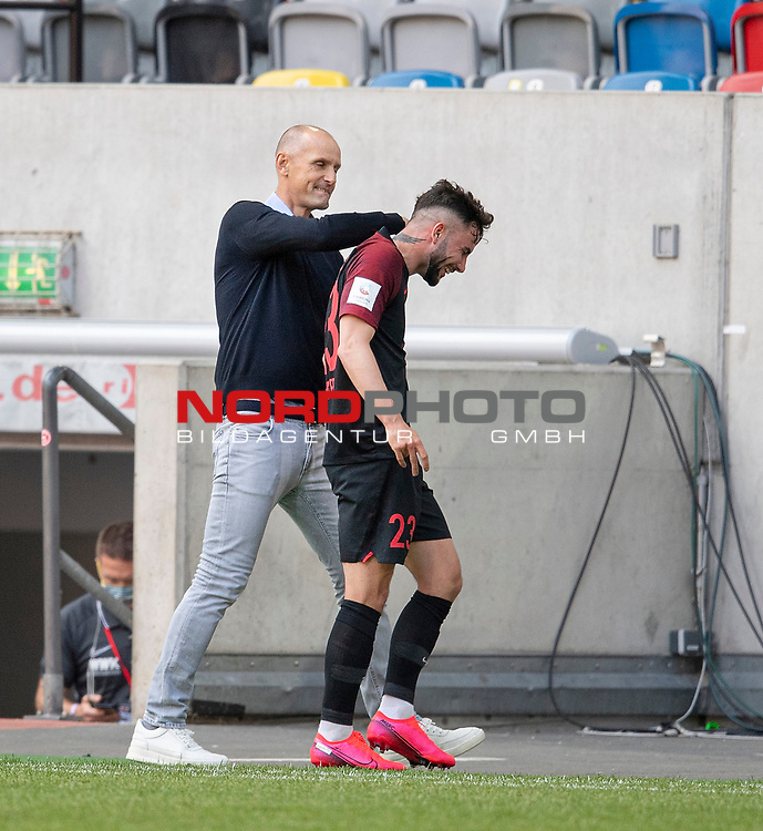 Trainer Heiko HERRLICH l. (A) mit Marco RICHTER (A) nach dessen Auswechslung<br /><br />Fussball 1. Bundesliga, 33.Spieltag, Fortuna Duesseldorf (D) -  FC Augsburg (A), am 20.06.2020 in Duesseldorf/ Deutschland. <br /><br />Foto: AnkeWaelischmiller/Sven Simon/ Pool/ via Meuter/Nordphoto<br /><br /># Editorial use only #<br /># DFL regulations prohibit any use of photographs as image sequences and/or quasi-video #<br /># National and international news- agencies out #